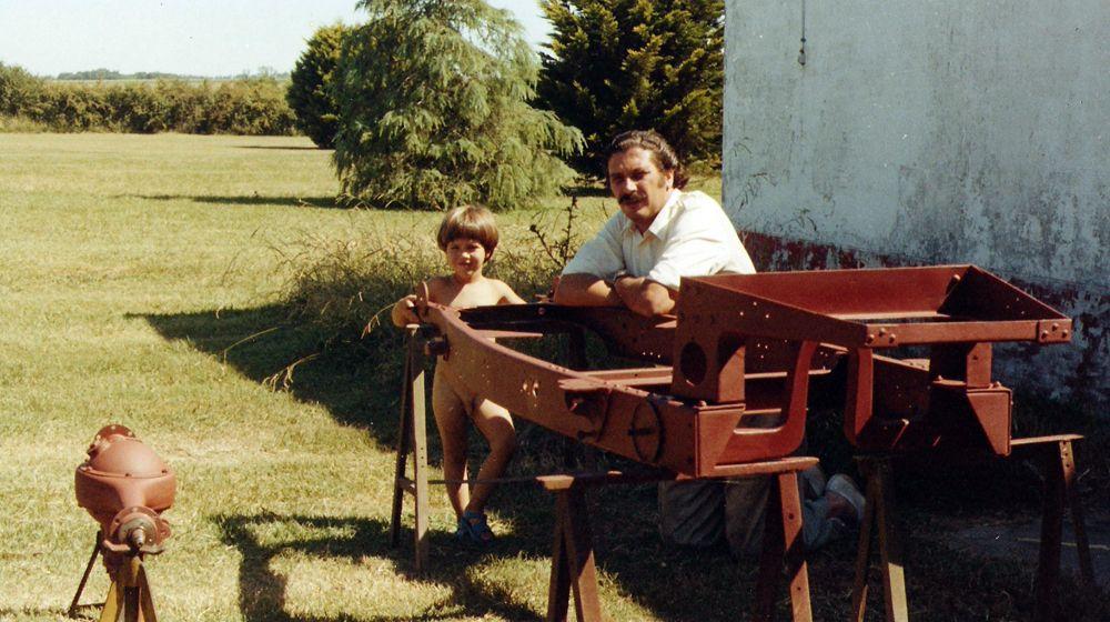 Enrique y Santiago con chasis Amilcar en Pergamino