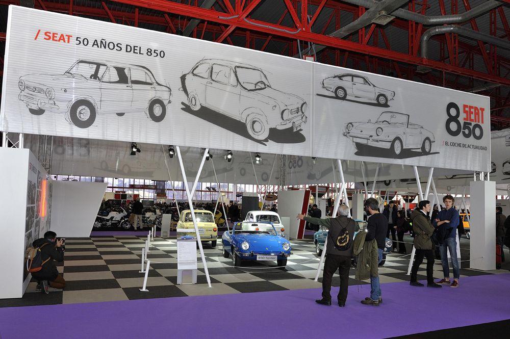 3.Vista-del-stand-de-SEAT-con-las-diferentes-versiones-del-850-modelo-que-ha-celebrado-el-50-aniversario-de-su-lanzamiento