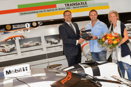 8082495__r_l_justine_boscaglia_david_boscaglia_three_millionth_visitor_and_achim_stejskal_head_of_porsche_museum_stuttgart_2016_porsche_ag