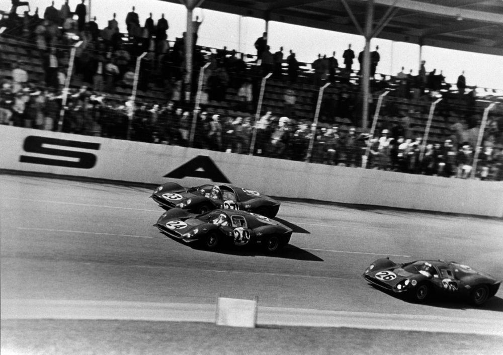 Parata trionfale delle  Ferrari dopo la conquista dei primi tre posti a Daytona