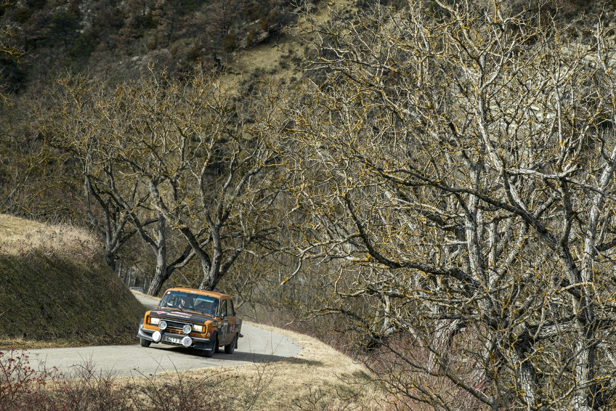 11.Salvador-Caellas-y-Daniel-Ferrater-SEAT-124-Especial-grupo-4-en-el-Rallye-Monte-Carlo-Histrico