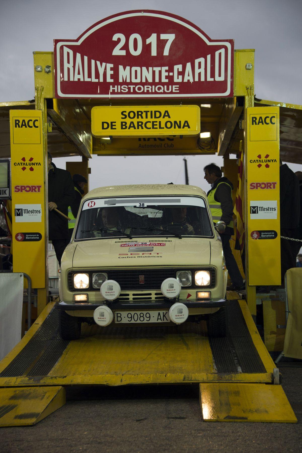 15.Podio-de-salida-en-Barcelona.-Fernando-Gmez-Blanco-Juan-Colln-SEAT-1430