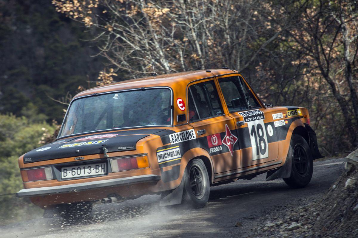 5.Salvador-Caellas-y-Daniel-Ferrater-SEAT-124-Especial-grupo-4-en-pleno-tramo-del-Rallye-Monte-Carlo-Histrico-2017