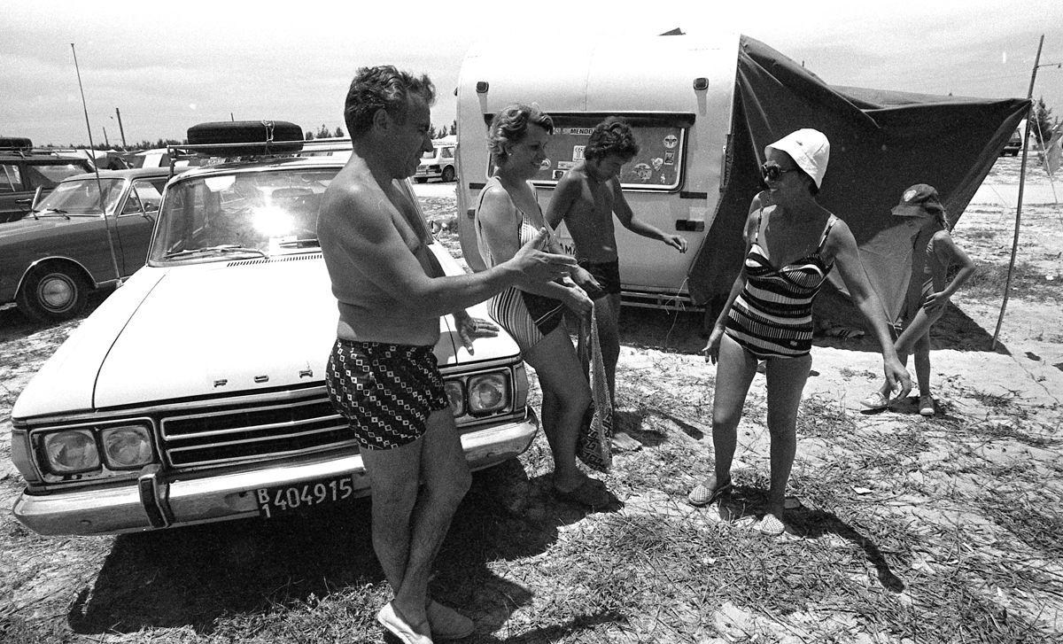 Rio de Janeiro (RJ) - 27/01/1979 - Turismo - RJ - Turista - Carro de turista argentino na Barra da Tijuca - Ve'culo - autom—vel - Trailer - Camping - Foto Ricardo Beliel / Agncia O Globo - Negativo: 79-1227