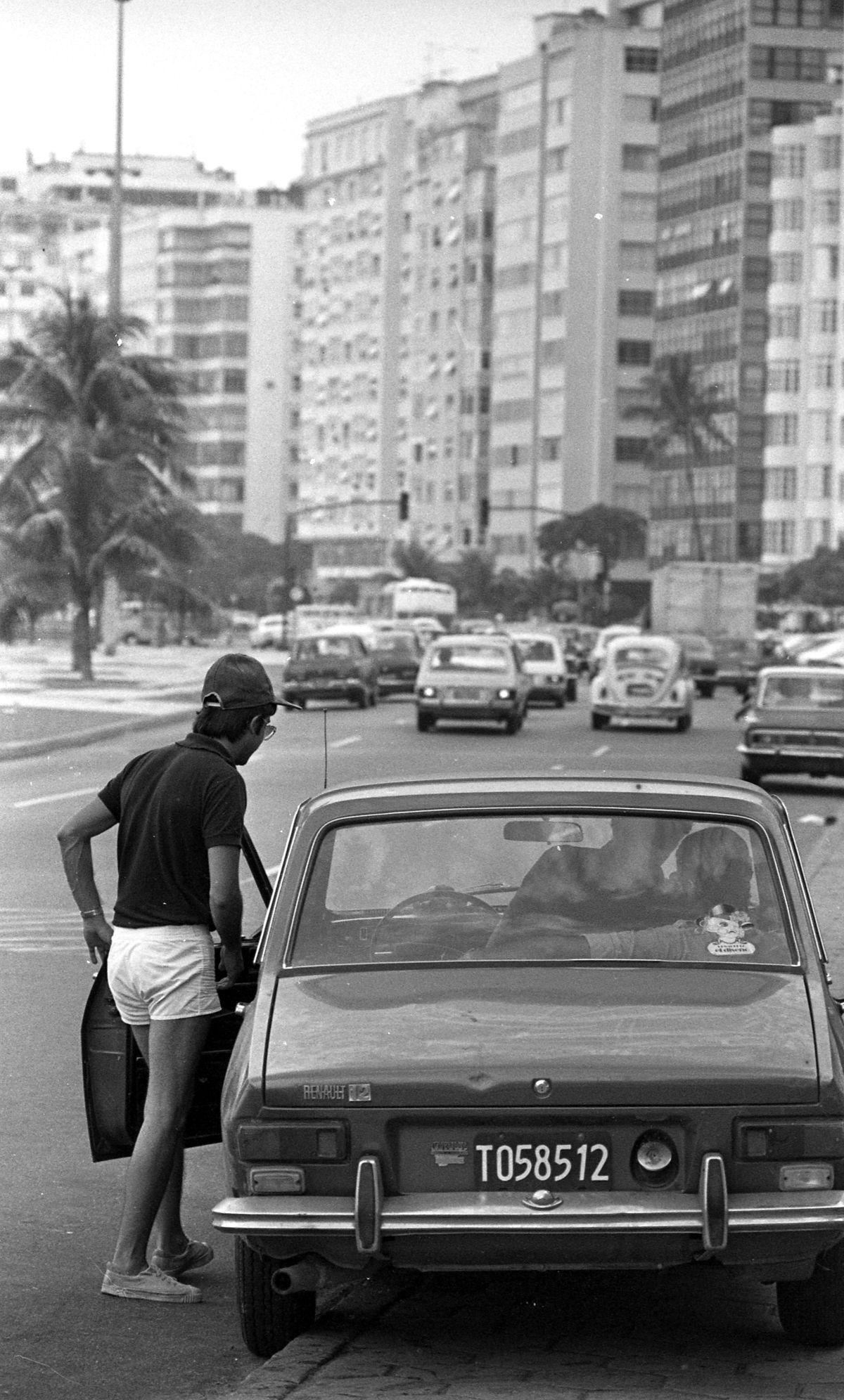 Rio de Janeiro (RJ) - 27/01/1979 - Turismo - RJ - Turista - Carro de turista argentino na Avenida Atl‰ntica, Praia de Copacabana - Logradouro Copacabana - Ve'culo - autom—vel - Foto Ricardo Beliel / Agncia O Globo - Negativo: 79-1227