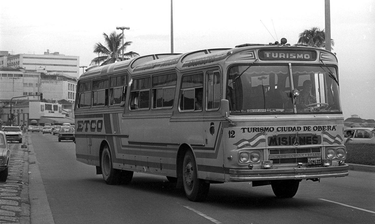 Rio de Janeiro (RJ) - 27/01/1979 - Turismo - RJ - Turista - ïnibus de turista argentino na Avenida Vieira Souto, Praia de Ipanema - Ve'culo - Foto Ricardo Beliel / Agncia O Globo - Negativo: 79-1227