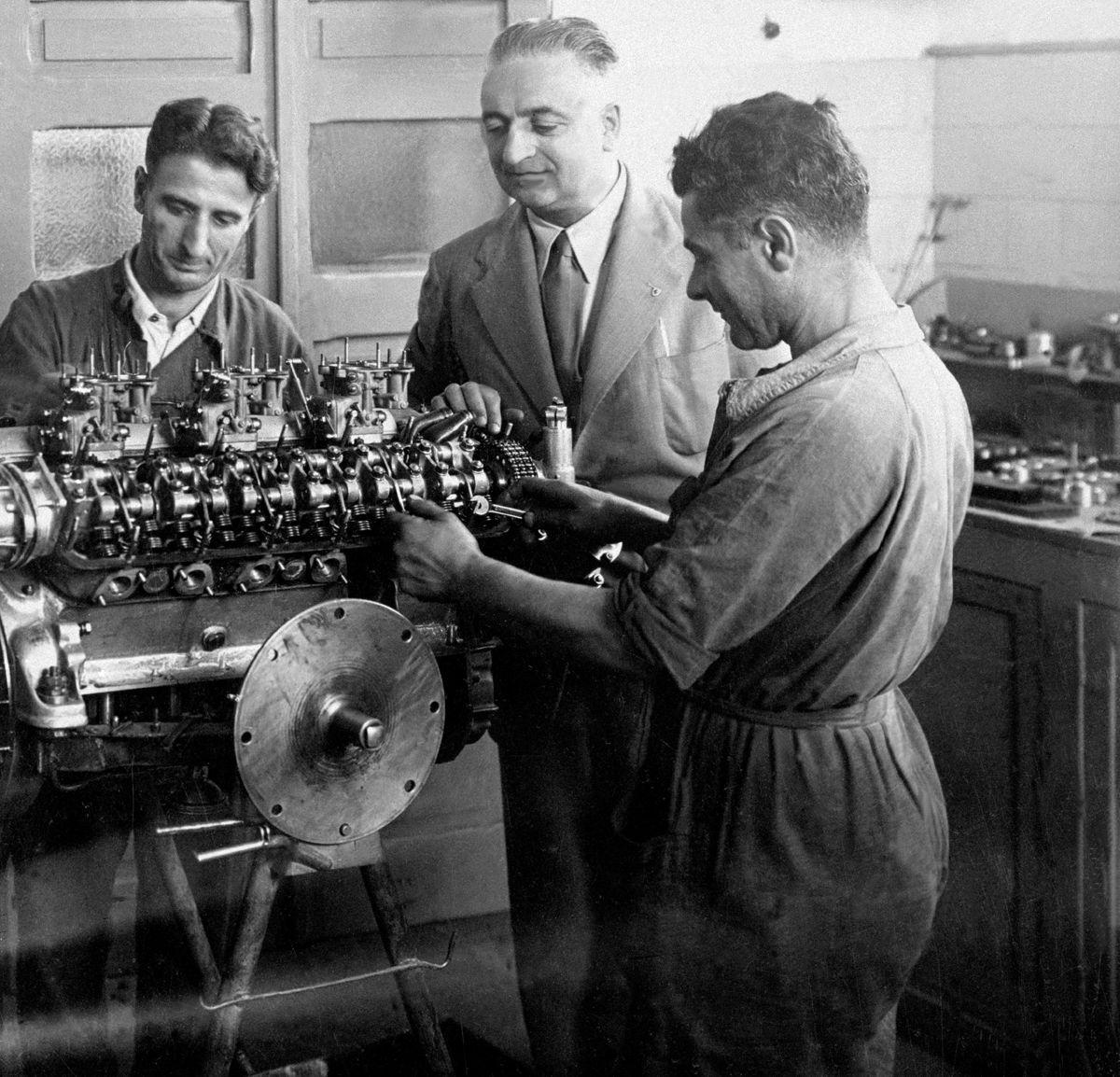 - Enzo Ferrari in Fabbrica - Il motore in fase di montaggio Ai?? probabilmente il 12 cilindri a V di 1995 cmc. (evoluzione potenziata del motore 125 S)