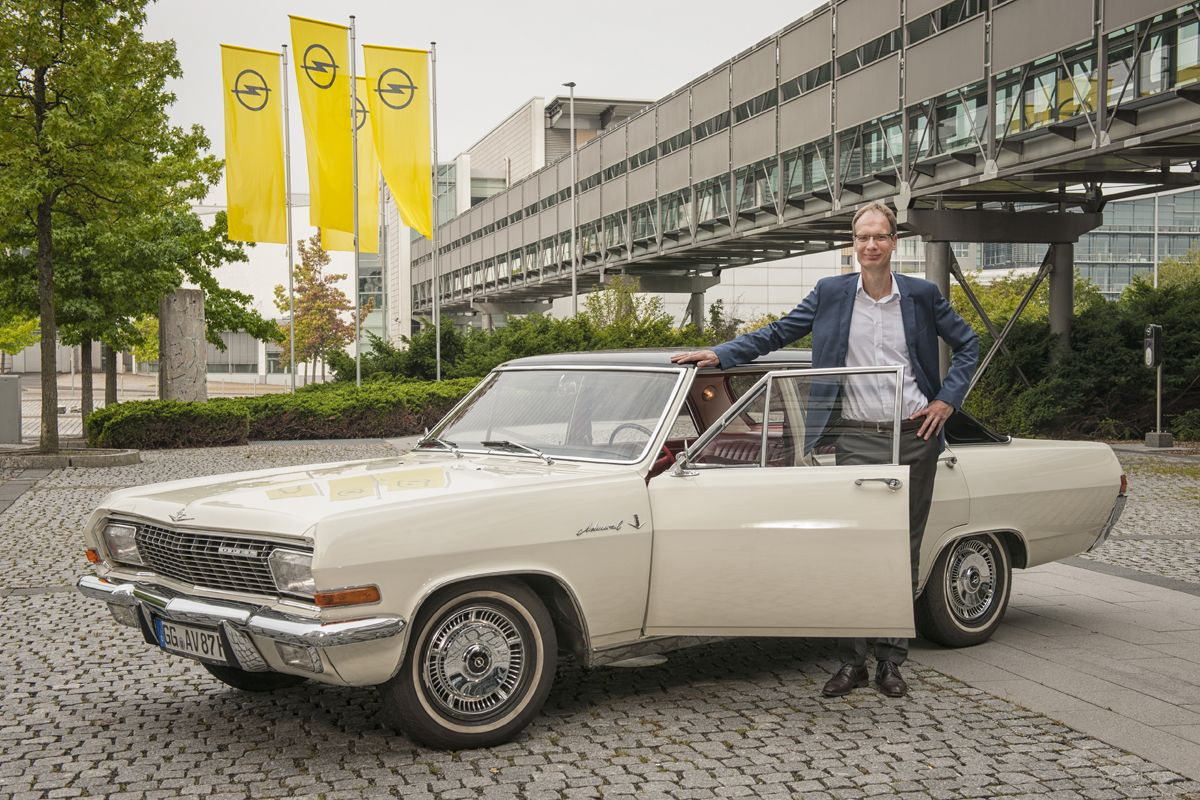 Joyful anticipation: Opel CEO Michael Lohscheller drove to the Opelvillen in a 1965 Opel Admiral V8