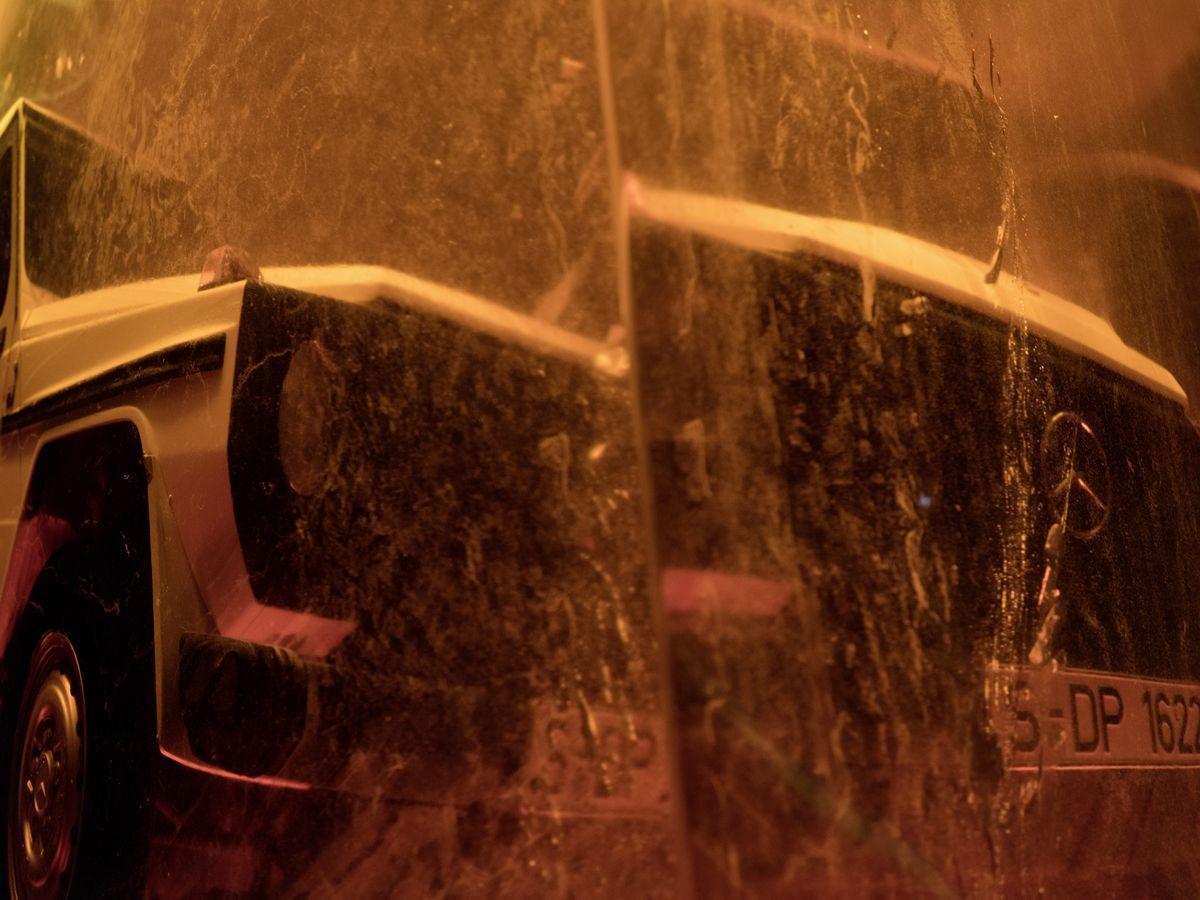 Die in Kunstharz eingeschlossene G-Klasse aus dem ersten Produktionsjahr 1979 ist Sinnbild fA?r die Zeitlosigkeit und Einzigartigkeit der Offroad-Legende. Copyright: Deniz Saylan // The resin-enclosed G-Class from the first year of production in 1979 is a symbol of the timelessness and uniqueness of the off-road legend. Copyright: Deniz Saylan