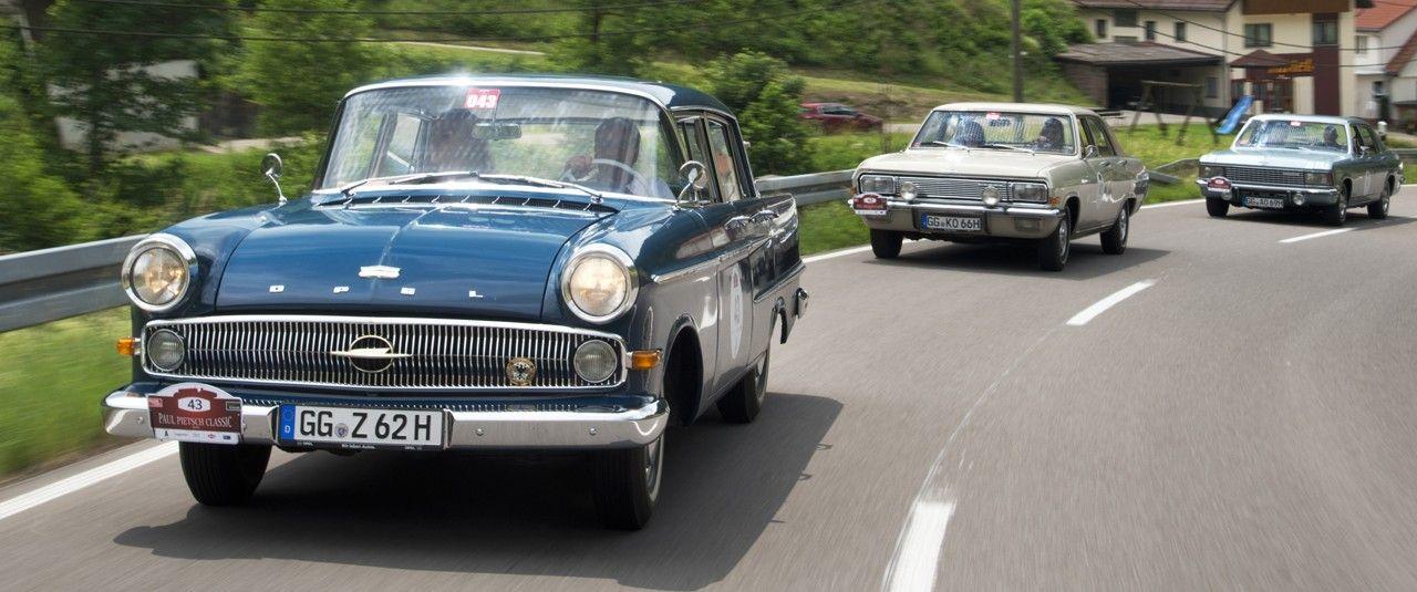 Opel Kapitäne im Anflug: Vorn der 1962er mit Copilotin Jeanette Hain, Schauspielerin und Grimme-Preis-Trägerin, die Renn Ass und Opel-Markenbotschafter Jockel Winkelhock bei der Paul Pietsch Classic Schwarzwald Rallye 2018 navigierte