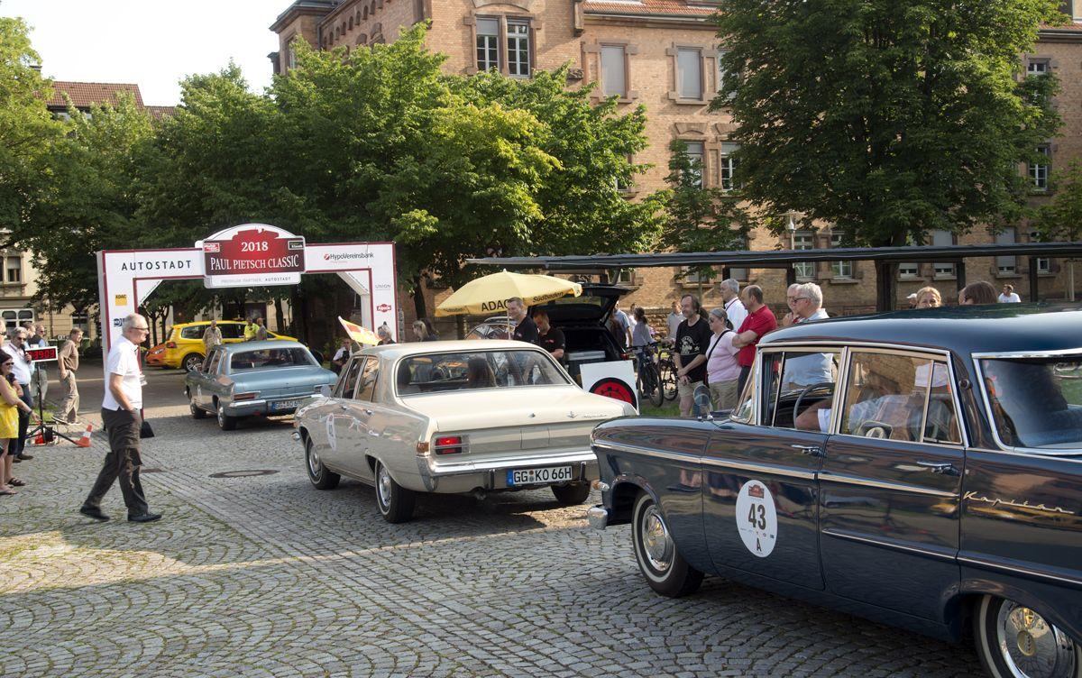 Kapitänstreffen am Start zur ersten Etappe an der Reithalle in Offenburg: Drei Opel Kapitäne der Generationen 1962 (hinten), 1965 (Mitte) und 1969 feiern den achtzigsten Geburtstag des ersten Opel Kapitän von 1939 bei der Paul Pietsch Classic Schwarzwald Rallye 2018