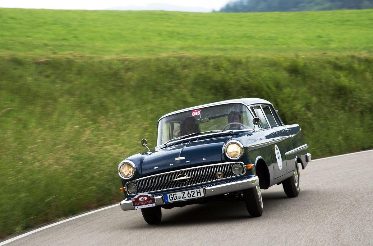 """Schnelle Fahrt: Le-Mans-Sieger und Opel-Markenbotschafter Jockel Winkelhock """"wuchtet"""" den 62er Opel Kapitän mit 6-Zylinder Triebwerk bei der Paul Pietsch Classic Schwarzwald Rallye 2018 durch die Kurve."""