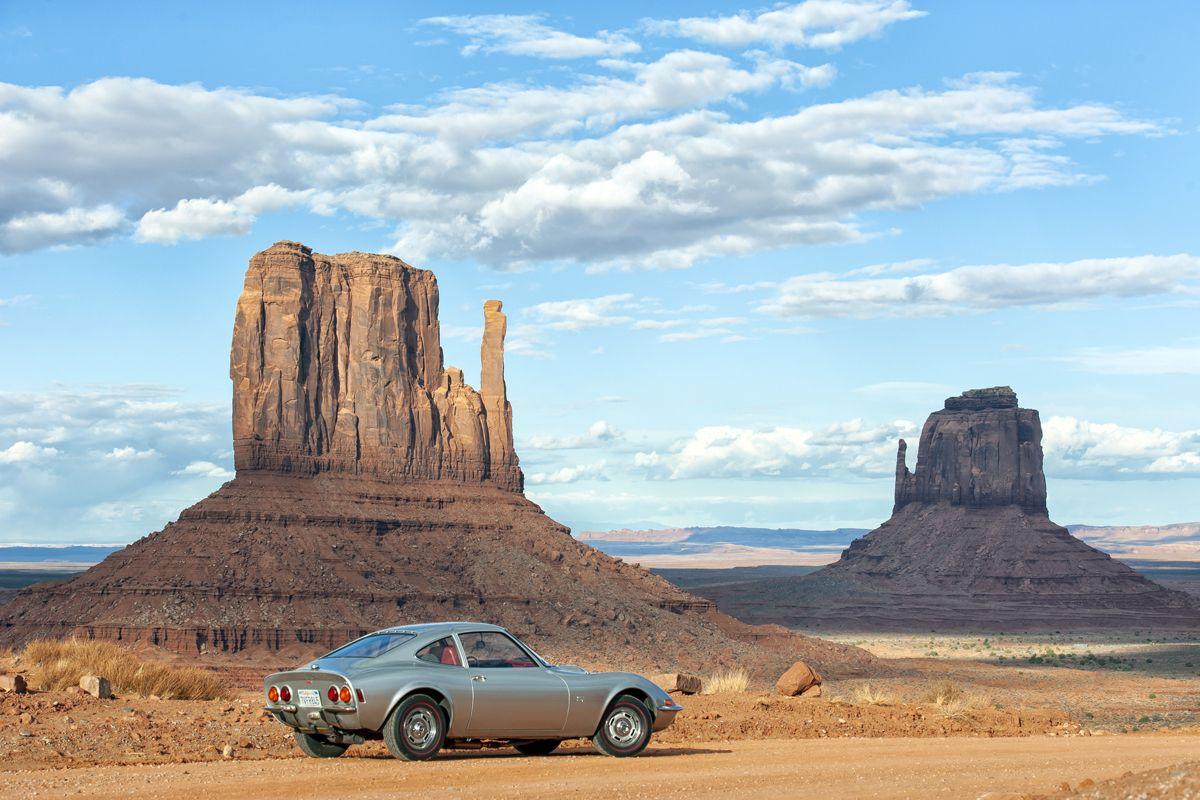 USA-Tour anlässlich des 50. Opel-GT-Geburtstages, Mai 2018. Die Opel-GT-Flotte durchquert das Monument Valley.