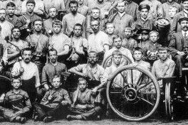 Mitarbeiter der Opel-Motorwagenabteilung, Rüsselsheim 1899 (workers of the Opel motorcar shop). Ganz rechts, direkt hinter Fahrzeug stehend Friedrich Lutzmann (far right, standing directly behind the car: Friedrich Lutzmann)