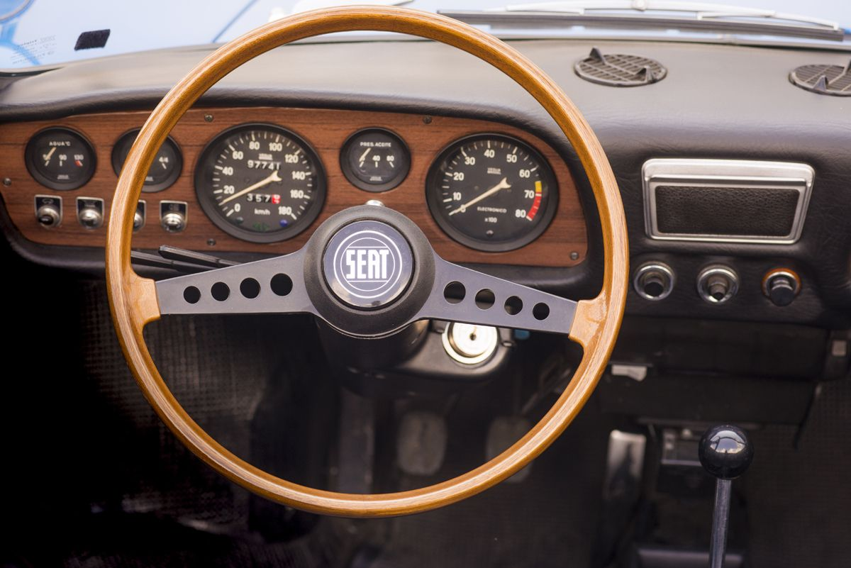1301253_1970-SEAT-850-Spider-steering-wheel_HQ