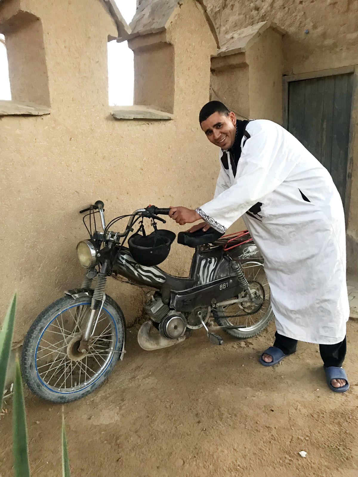 CA - 30/11/2018 - Os velhos ciclomotores mobilete de origem francesa s‹o um dos meios de transporte mais populares no Marrocos. Na imagem, o vendedor El Ammari Abderazak com sua MotobŽcane Mobylette 881 - Fotos de Jason Vogel