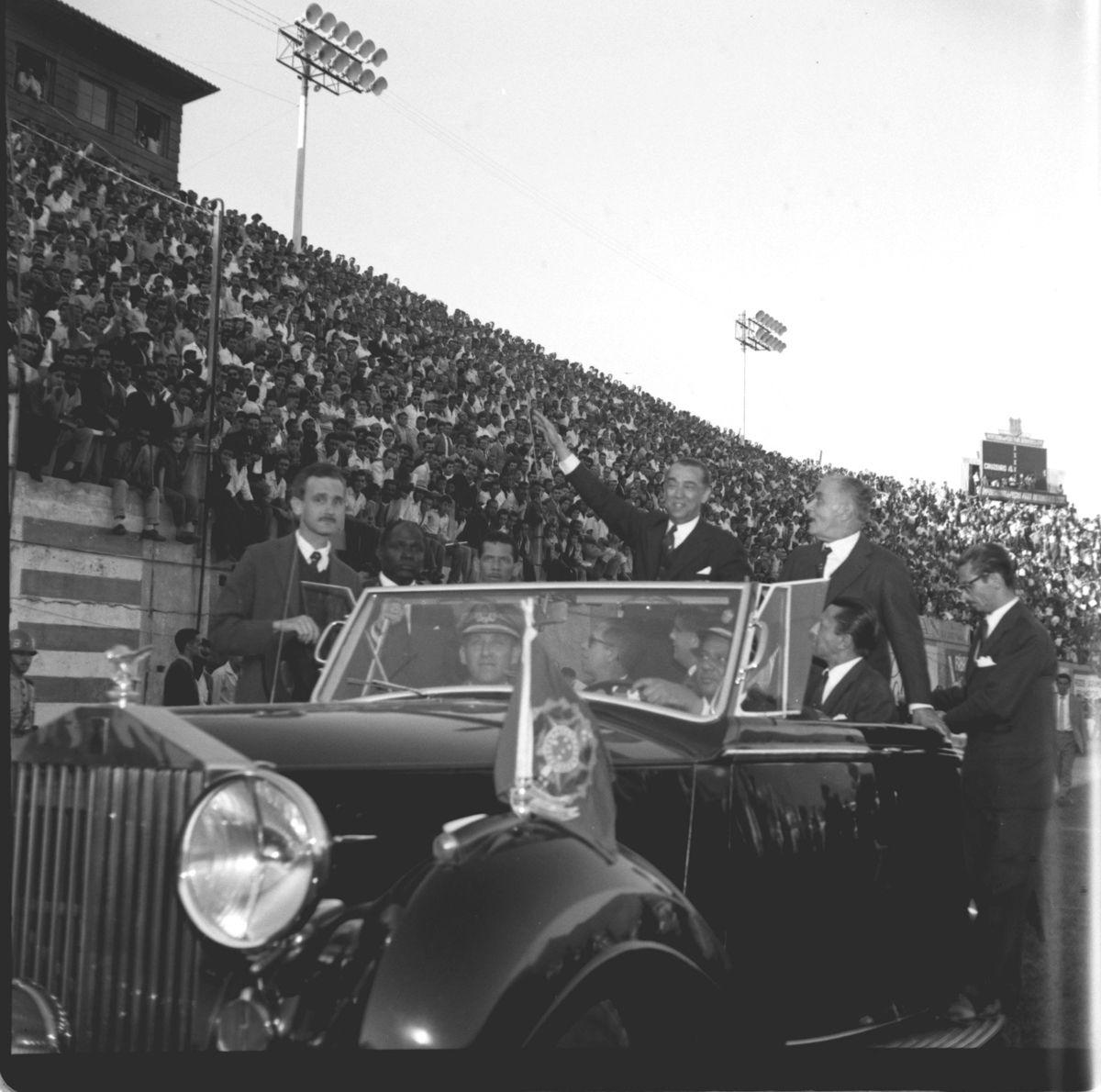 03.07.1960 - Arquivo O Globo - CA - Juscelino Kubitschek no Est‡dio Independncia, em Belo Horizonte, Minas Gerais. Negativo 3816