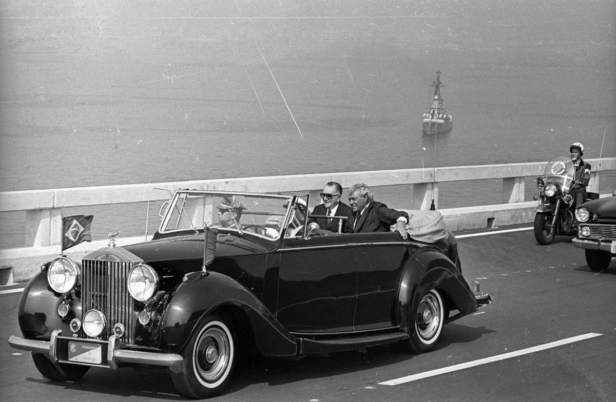 Rio de Janeiro (RJ) - 04/03/1974 - Ponte Rio-Niter—i - Inaugura‹o - Rolls Royce presidencial com o Presidente Em'lio Garrastazu Medici e o Ministro dos Transportes Mario Andreazza - Foto Arquivo / Agncia O Globo - Neg : 121388 *** Local Caption *** ponte rio niteroi 40 anos
