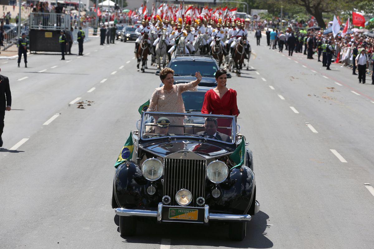 BSB - Bras'lia - Brasil - 01/01/2015 - PA - A Presidente Dilma, ao lado de sua filha, no Rolls Royce, durante desfile pela esplanada dos ministŽrios no in'cio da cerim™nia de posse na presidncia da repœblica. Foto : Ailton de Freitas/Agncia O Globo