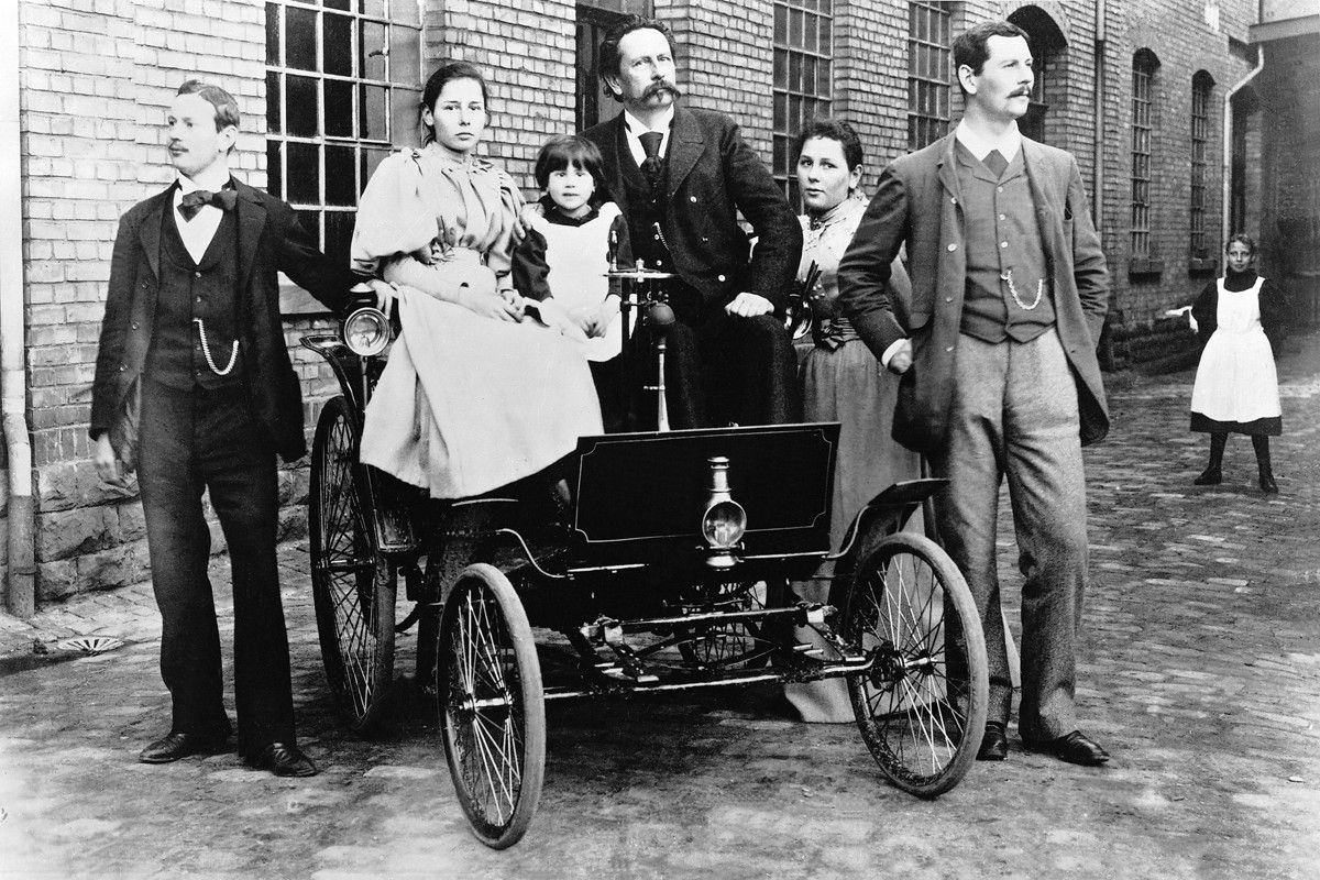 Carl Benz (im dunklen Anzug) mit seiner Familie auf einem Benz Comfortable mit 2,6 kW (3,5 PS) starkem Motor.   Carl Benz (in the dark suit) with his family in a Benz Comfortable rated to 2.6 kW (3.5 hp).