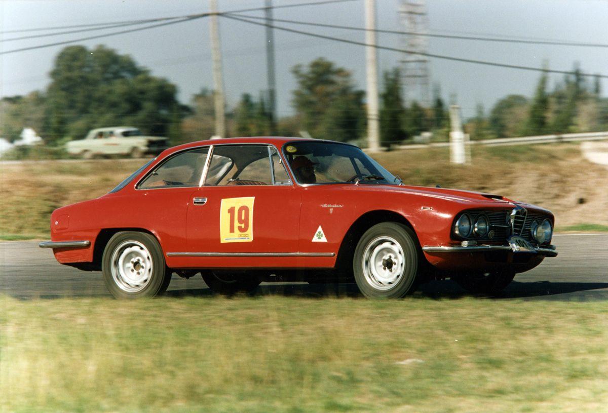 Alfa Romeo 2600en pista ¿Rosario?_Miguel Tillous
