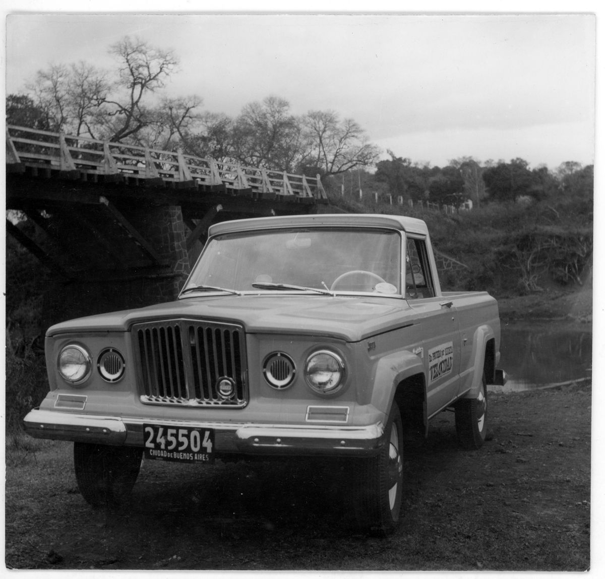 IKA Jeep Gladiator frente con puente_Revista Velocidad_Ago 24 1964_Argentina