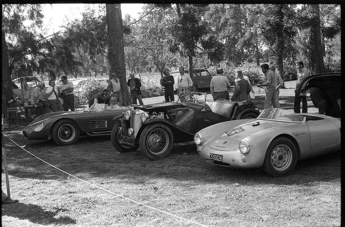 La lucha entre sports, al fonfo la Maserati 300 S de Jorge Macome ganadora de su clase y que finalmente obtuvo también la medalla de oro por ser el mejor sport expuesto