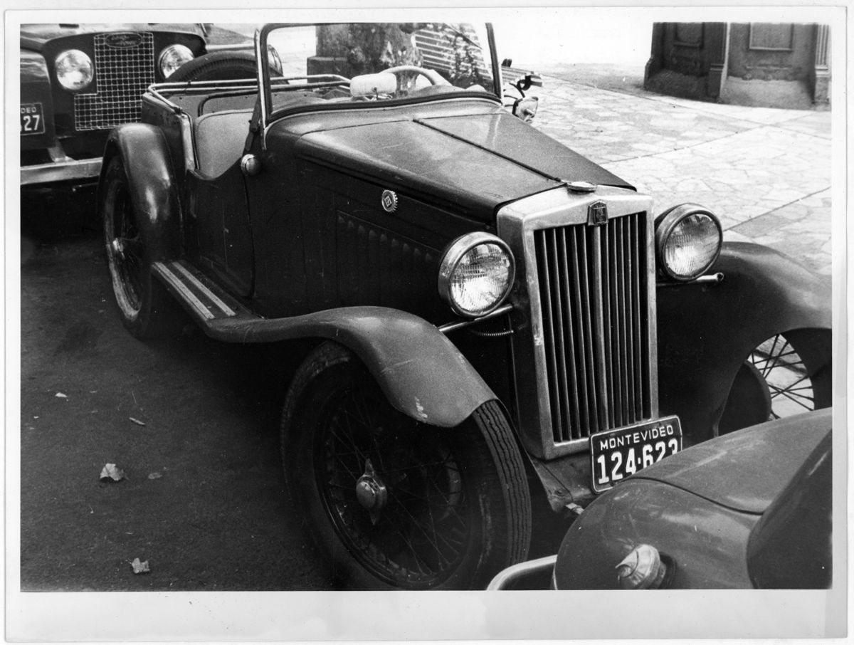 MG y Land Rover en la calle_Uruguay