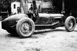 L'auto (telaio n.4001) condotta da Borzacchini conquistò a Cremona il Record Mondiale di velocità sui 10 Km alla media di 246 Km/h (Settembre 1929). La foto fu ripresa nel cortile della fabbrica a Bologna.