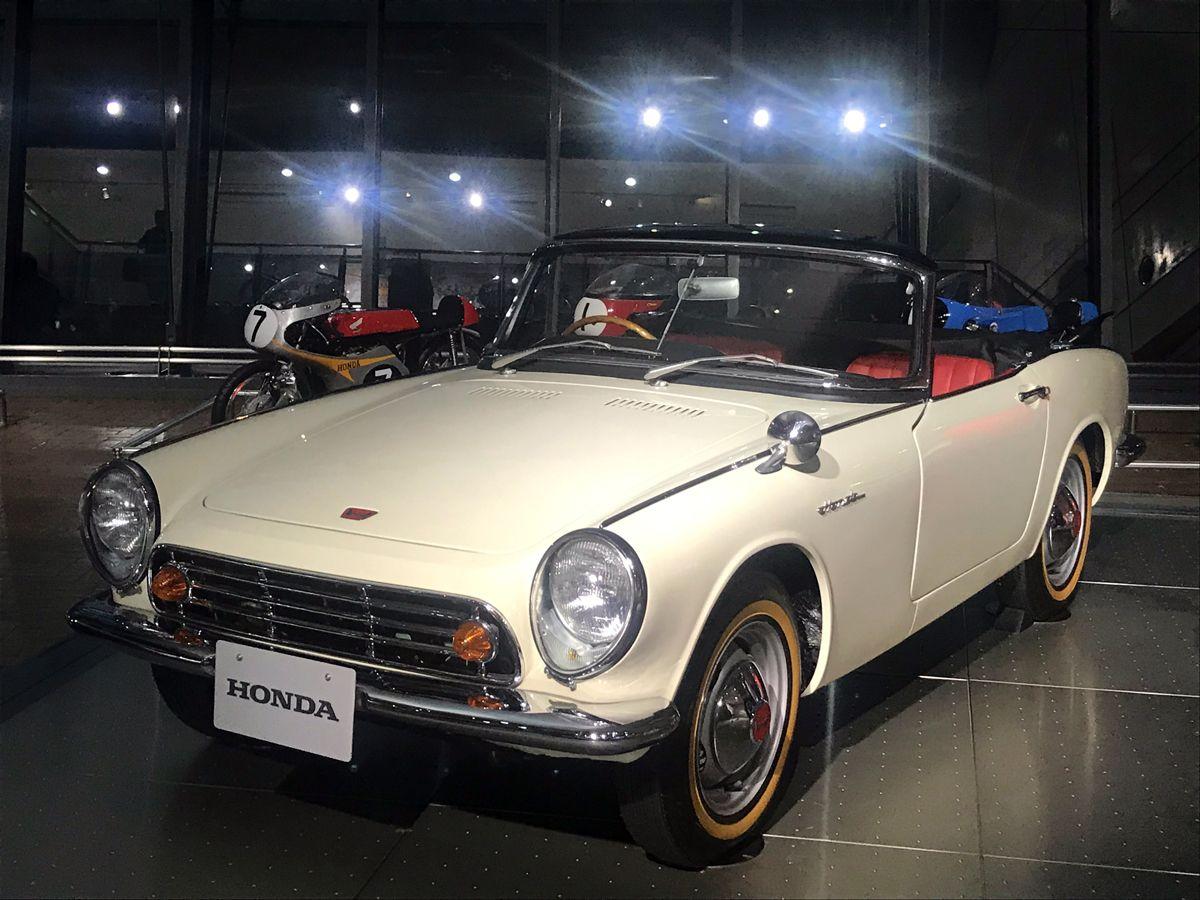 Museu da HONDA - Cole‹o em Montegi, no Jap‹o, mostra como a f‡brica de motocicletas se lanou na produ‹o de autom—veis - O comeo foi com minicarros de pequena cilindrada S500 (1963) - o primeiro carro de passeio da marca foi este pequeno convers'vel de dois lugares com motor de apenas 531cm3