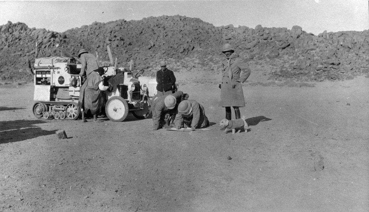 CITROEN_SCARABEE_D'OR_TRAVERSEE_SAHARA_1922_ETAPE_DANS_DESERT_AVEC_LA_MASCOTTE_FLOSSIE_M