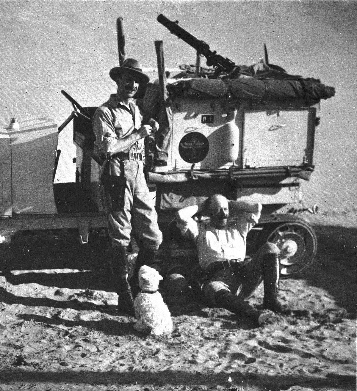 CITROEN_SCARABEE_D'OR_TRAVERSEE_SAHARA_1922_GM_HAARDT_et_L_AUDOUIN_DUBREUIL_AVEC_LA_MASCOTTE_FLOSSIE_M