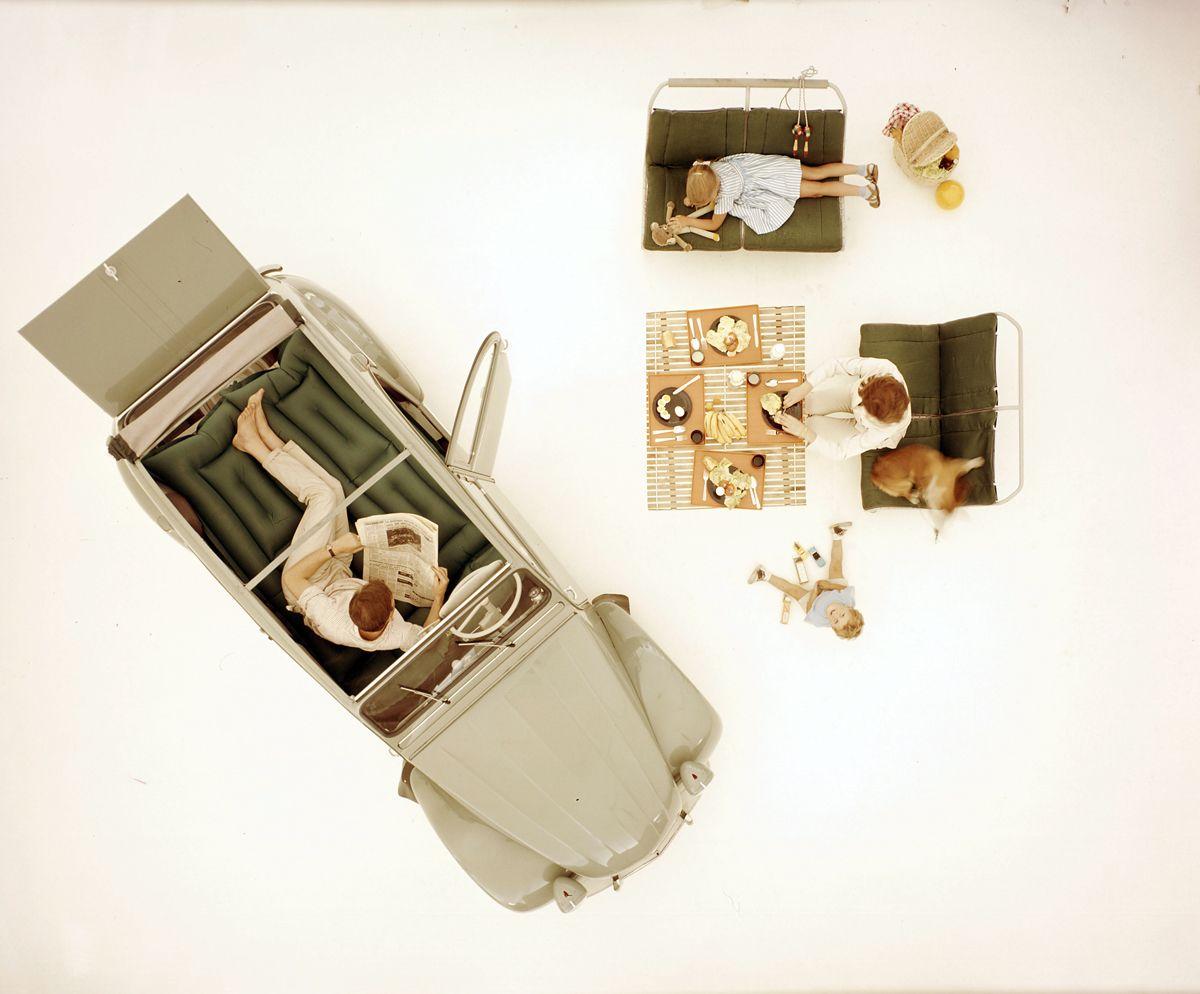 Un picnic in 2CV fatto con i sedili della vettura (1963)