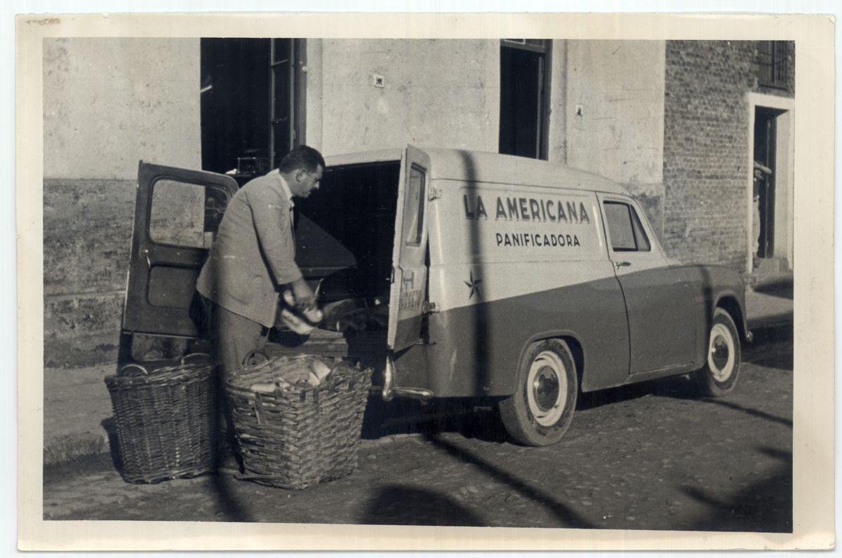 Uruguay_Cerro Largo_Melo_caminoeta de reparto de la panificadora La Americana_1952