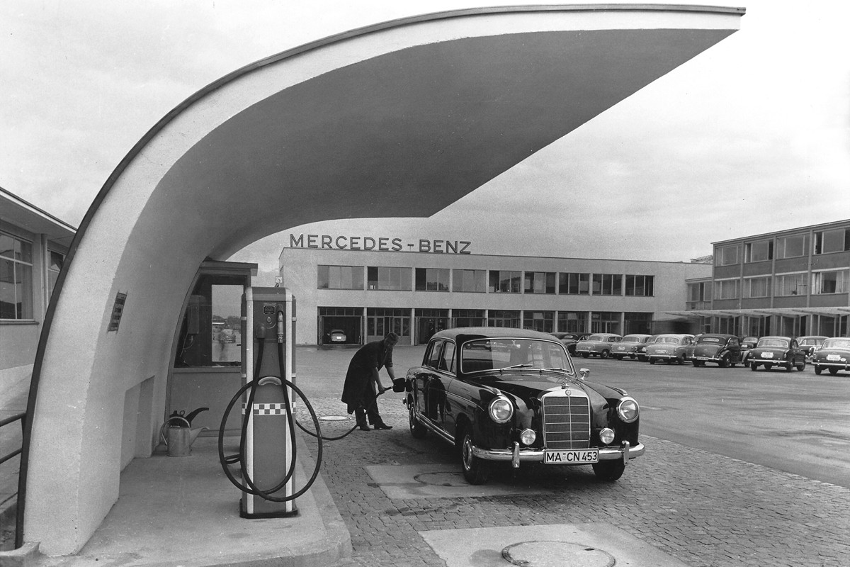 "Mercedes-Benz Niederlassung Mannheim, ""Ponton""-Limousine an der Tankstelle.   Mercedes-Benz company-owned sales and service outlet in Mannheim, ""Ponton"" saloon at the filling station."